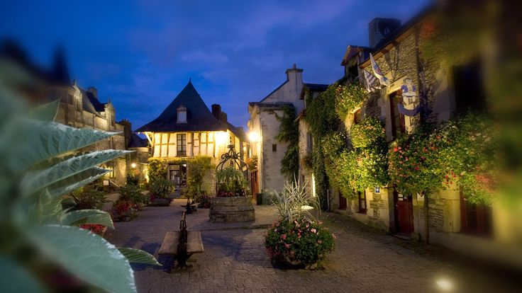 20 minutes from the Gulf of Morbihan, a village of character and the wonderful atmosphere of the Hotel Pélican. In the heart of Rochefort-e
