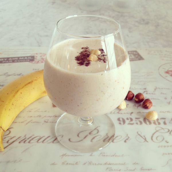 Uno snack goloso, nutriente e rinfrescante: smoothie di banana e nocciole. Senza latticini, senza glutine, paleo e vegan!