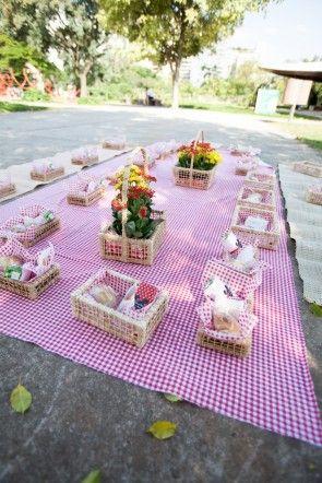 A tradicional toalha xadrez foi estendida no chão para as crianças