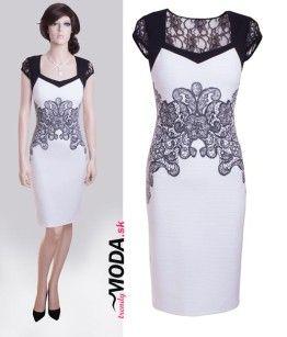 Jedinečné biele krátke puzdrové spoločenské šaty na rôzne udalosti kombinované s čiernou krajkou - trendymoda.sk