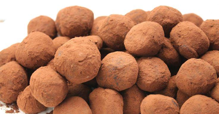 A trüffel, csoki trüffel vagy trüffel golyó a csokoládét imádók körében nem véletlenül az egyik kedvenc desszert. Így készítsd el otthon - recept képekkel.