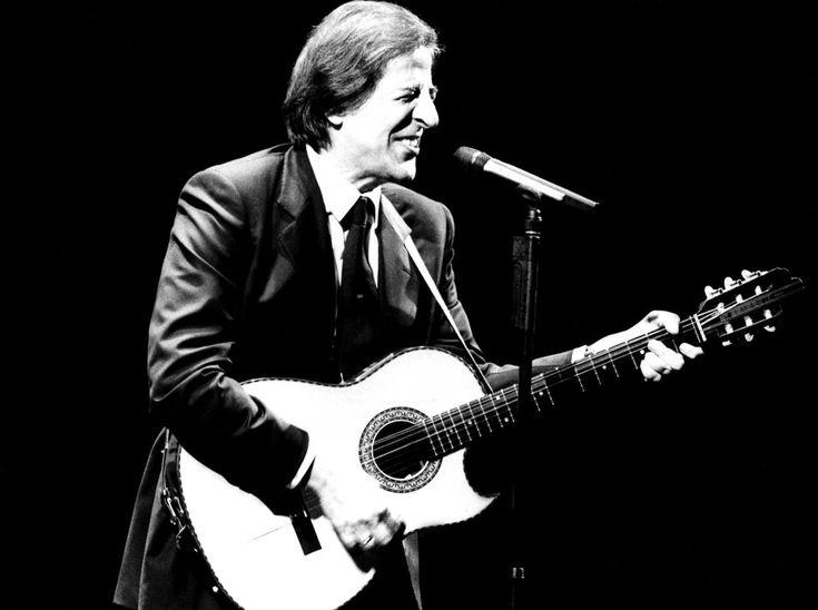 Giorgio Gaber in concerto al teatro Nazionale di Milano (Lapresse)