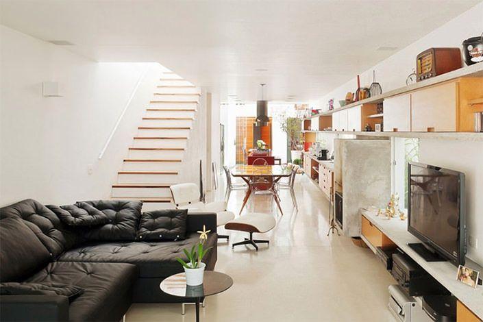 Este sobrado, projetado pelo pessoal da Galeria Arquitetos, foi construído em um terreno 5,50m x 33m, no Brooklin, São Paulo. A casa possui aquilo que mais admiramos em decoração de interiores: sofisticação, aconchego e uma casa com cara de lar! Assim, os ambientes ficam agradáveis sem aquela