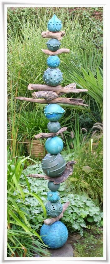 Could this effect be got by recycling a variety of balls? Other ideas worth looking at on this link, too. MATIN LUMINEUX: Totems de jardin