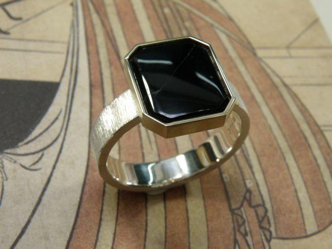 * heirloom | oogst-sieraden * Ring * Goud van opa's zegelring is verwerkt in de geelgouden zetkast op deze zilveren ring * De onyx uit de zegelring is opnieuw gepolijst * Maatwerk *