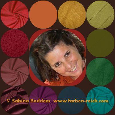 Regenbogenfrau mit warmen Farben des Herbstes