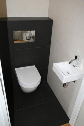 Toilet van ongeveer 5 m² verbouwen: nieuwe tegels, hangtoilet, wasbak etc. Kortom: een nieuw, modern toilet