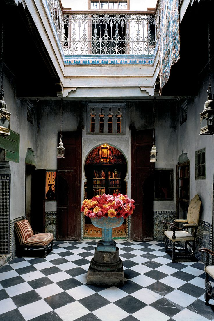 Крытое патио в мароканском Танжере, интерьеры навеяны акварелями Делакруа, низ стен отделан плиткой 18в. Несмотря на то что интерьеры от Peregalli — это микс из разных эпох и стилей, архитекторы всегда учитывают контекст. Они не станут строить марокканский риад в манхэттенском небоскребе. «Скорее, это будет все тот же сон о прошлом, но с поправкой на то, что снится он вам в небоскребе. Кстати, такое уже случалось. Мы не отказываемся от проектов ни в небоскребах, ни в новостройках». Даже…