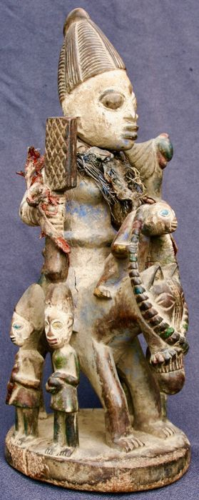 Zwangerschaps beeldje berijden van een paard met 5 kinderen en een aap - YORUBA - Nigeria  Zwangerschaps sculptuur met 5 kinderen en een aap op de voorgrond op het paard.Beeldje uit Nigeria in goede staat please let op de scheiding van het hout op het niveau van de linker elleboog neem een kijkje op foto N  10.Afmetingen: 39 x 15 x 15 cm.Gewicht: 1275 gram.Verzending via uitdrukkelijke perceel.  EUR 45.00  Meer informatie