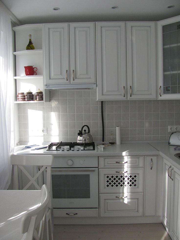Дизайн белой кухни из МДФ 5,7 кв.м с холодильником