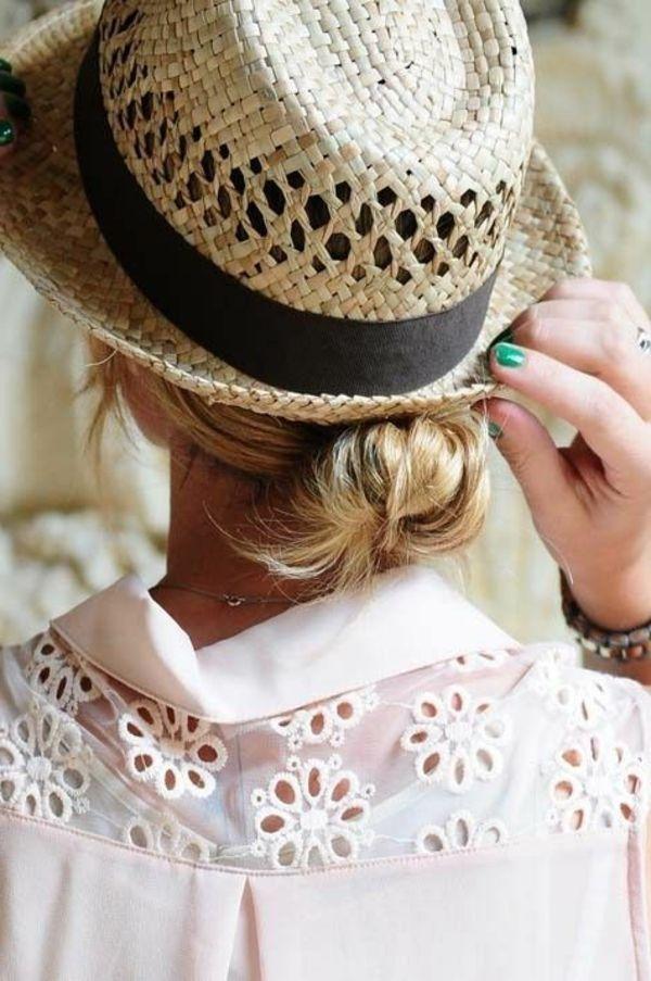 chapeau de paille beige avec un ruban noir pour votre air moderne