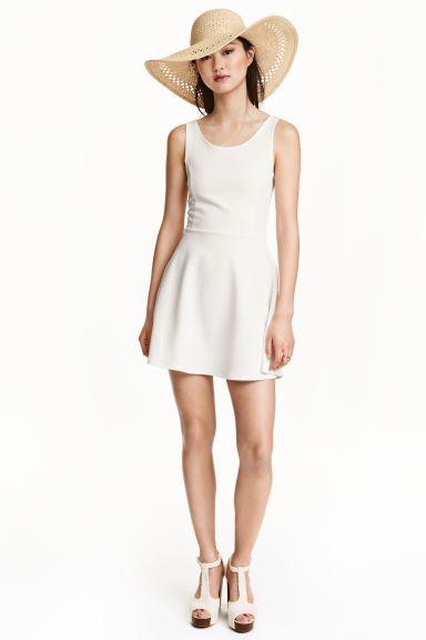 Rochie fără mâneci: Rochie fără mâneci din jerseu, cu cusătură în talie, cu decolteu adânc la spate şi cu fustă cloş.
