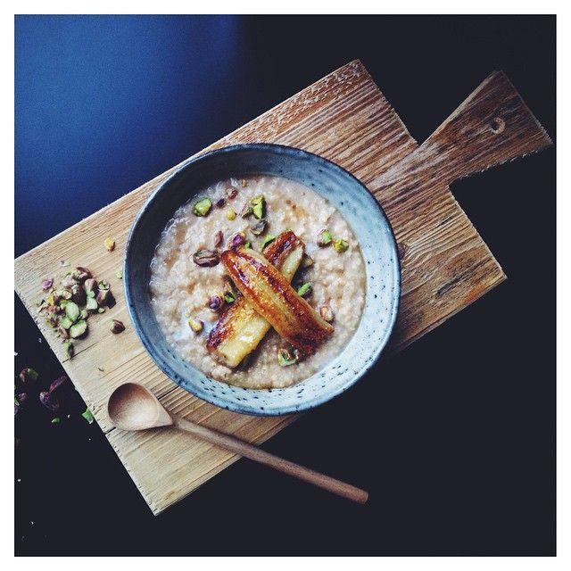 Ontbijt-tip: gierstpap met kardemom, pistache & gekarameliseerde banaan! ❤️ Het recept vind je op Facebook & mijn website (link in bio) #vegan #vscofood #foodphotography #vegetarisch #glutenvrij #suikervrij #zuivelvrij #koemelkvrij #gierst #foodblogger #foodcoach #eatclean #plantpower #gezond