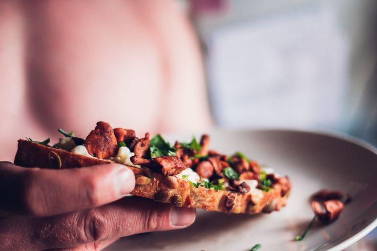 Förrätt: Rostat surdegsbröd med vitlök, mozzarella, kantareller & färska örter. Mer @ Yummifood.se