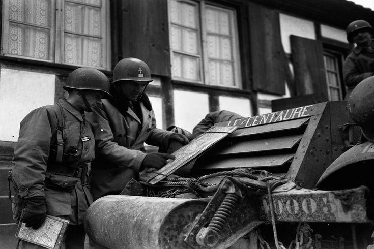 """La 2e DB (Division Blindée) dans la région de Strasbourg et Sélestat. Description : A Nordhouse, le capitaine d'Alançon, officier du renseignement et le lieutenant Chevalier du 12e RC (Régiment de Cuirassiers) de la 2e DB (Division Blindée) observent la carte devant le half-track radio """"Le Centaure"""". Date : Décembre 1944 Lieu : France / Alsace / Bas-Rhin / Strasbourg / Sélestat / Nordhouse / Aubure Photographe : Jacques Beliln Origine : SCA - ECPAD Référence : TERRE-382-9072"""