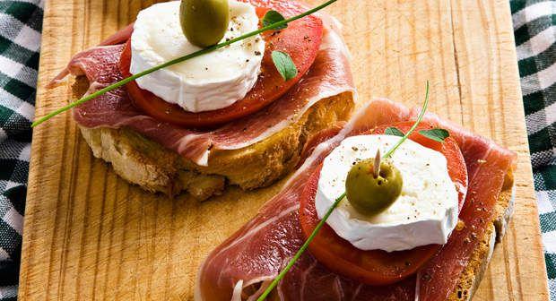 Petits fromages de chèvre et jambon cruVoir la recette des Petits fromages de chèvre et jambon cru >>