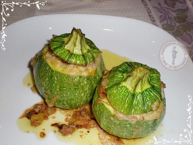 Zucchini stuffed with ground round and feta - Zucchine tonde ripiene di macinato e feta