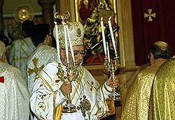 Il Rito Nuziale - La Donna nel Mediterraneo Sacerdote ortodosso (papàs) durante la cerimonia nuziale