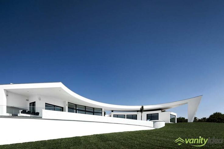 Colunata House is a breathtaking residence with quite an unusual architecture.