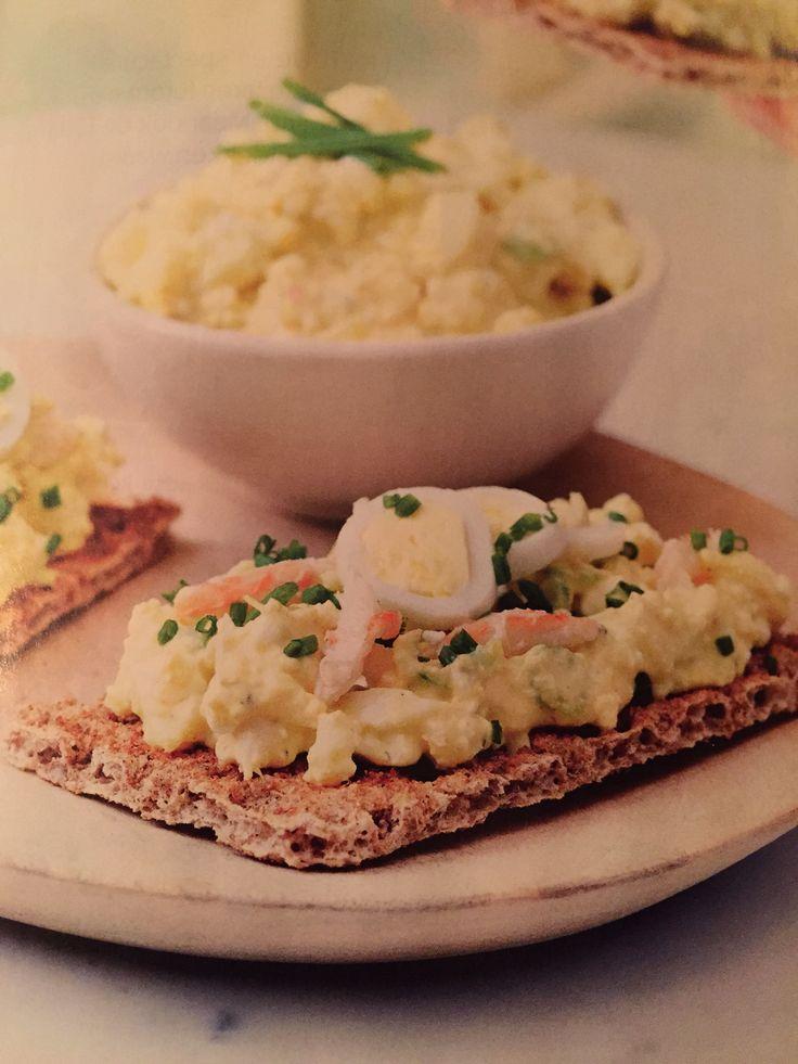 Slanke eiersalade met krab - 6 hardgekookte eieren, 4 lente-uitjes, 1 blikje krabvlees, 100g Griekse yoghurt, 1 el mosterd, 1 snufje kerriepoeder + paprikapoeder, 2 el gesnipperde bieslook - Plet de eieren met een vork. Voeg lente-ui en krabvlees toe en meng er de yoghurt onder. Breng op smaak met de mosterd, kerriepoeder, paprikapoeder, peper en zout. Voeg er op het laatst de bieslook bij.