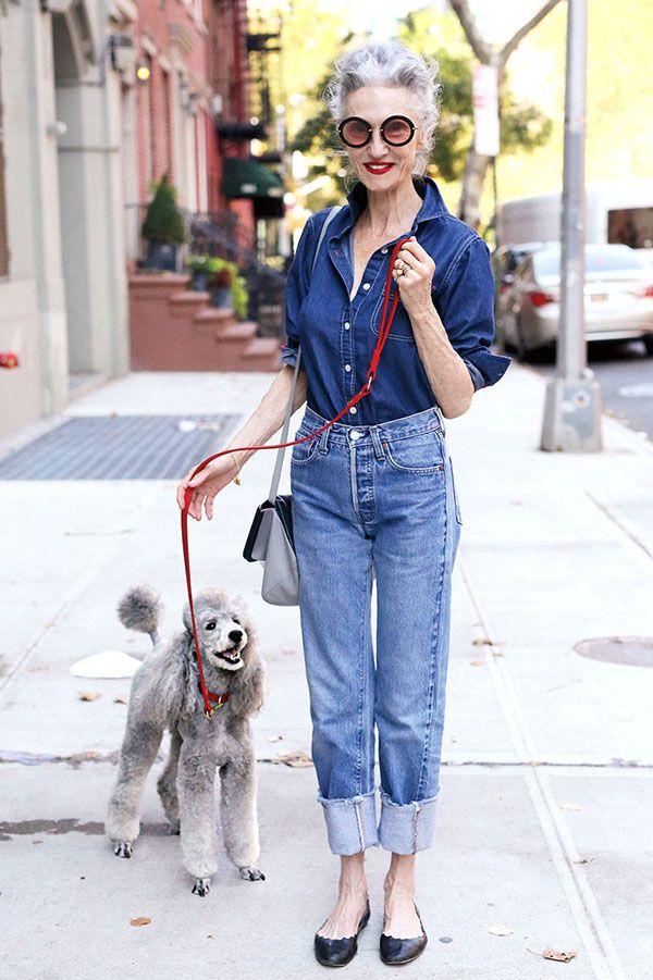 Com mom jeans + camisa jeans, bem retrô! (Estamos apaixonadas por essa foto, que amor!)
