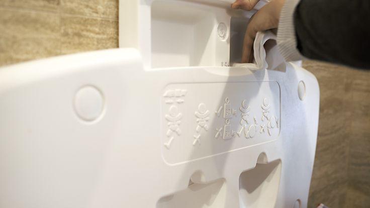 Przewijak naścienny z pojemnikami na chusteczki higieniczne dla niemowląt