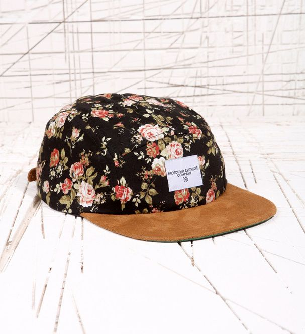Une casquette fleurie Urban Outfitters