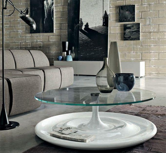 Splash by TONIN CASA. Tavolino con base ralizzata in agglomerato di marmo e piano in vetro temperato. Splash si ispira all'acqua, ai suoi riflessi perlacei per un tocco raffinato e senza età.