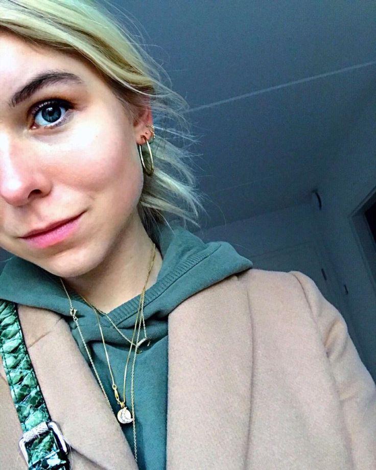 #hviskstylist #hvisk #fashion #blonde #girl #girly #style #stylish #emmabukhave #moon #gold #necklaces #hoodie #snakeprint