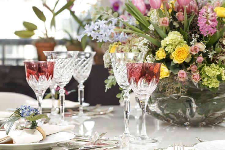 Taças Strauss transparente e rosacompletaram a nossa mesa de inspiração para um almoço de dia das mães.