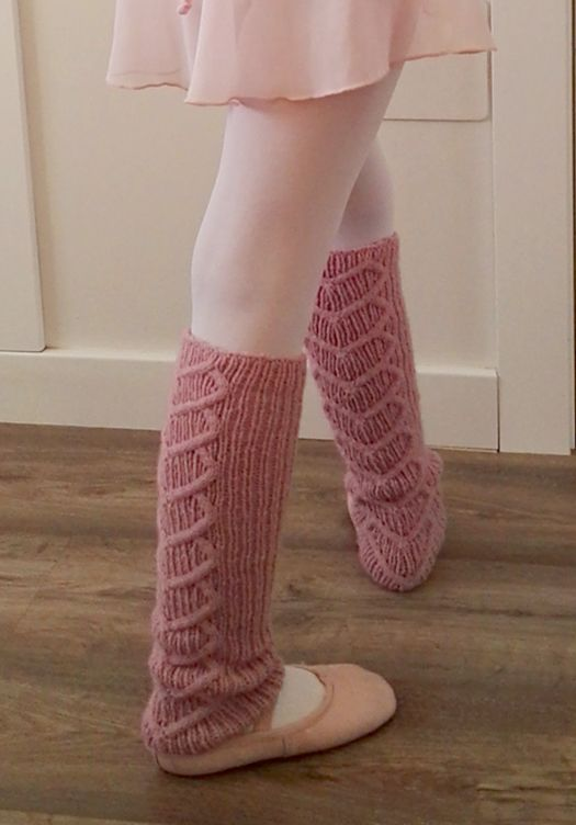 Free Knitting Pattern for Let's dance! Legwarmers - Legwarmers knitted with rib stitch and with a heart cable in back. Designed by Inma Gijón, Available in English and Spanish