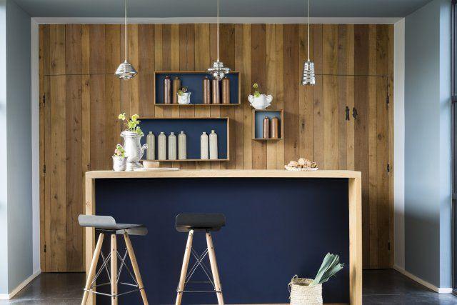 Un coin bar qui associe bleu profond et bleu gris. Sublime endroit que ce petit coin bar où plafond et murs bleu gris sont employés pour présenter l'endroit comme une alcôve au coeur de la pièce.
