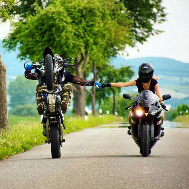 Фото байкера на мотоцикле с любимым человеком