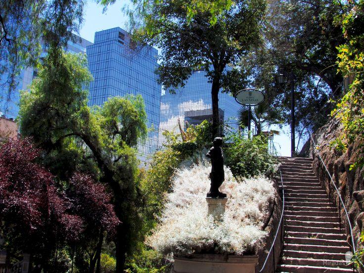 https://flic.kr/p/RQRwSQ | Contrastes | Cristales y naturaleza. Edificios que dibujan la funcionalidad de la ciudad, naturaleza que alimenta la vida, que la refresca y la pausa que su delicada armonía.  Santiago Centro, Región Metropolitana.