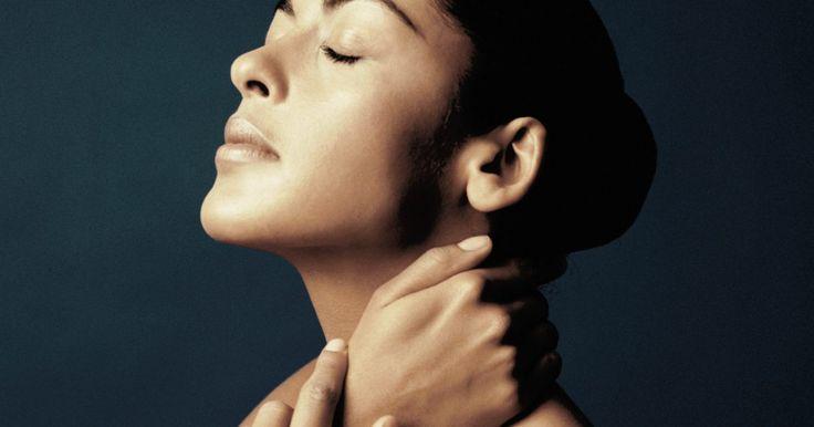 Exercícios para dor no pescoço causada pela sinusite. A sinusite é uma doença que indica a inflamação dos seios paranasais presentes em cada maçã do rosto, atrás da testa, sob os olhos, atrás do osso nasal e na região superior nasal, atrás dos olhos. Embora as dores de cabeça sejam um sintoma comum da sinusite, outros podem aparecer, e a dor no pescoço é uma delas. Muitos afirmam sentir uma dor ...
