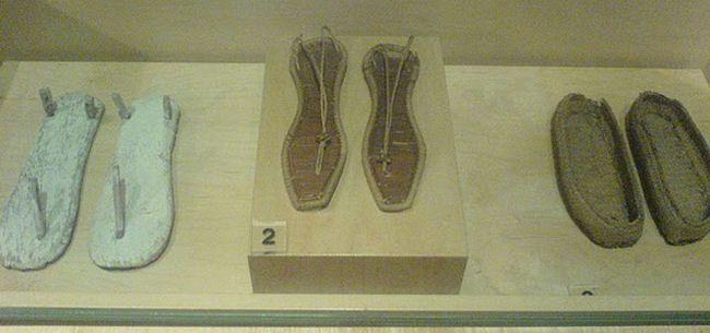 Contribuir al conocimiento y comprensión de la función del calzado en la vida social y cultural de la humanidad. A través de la adquisición, conservación, investigación, comunicación y exhibición de las pruebas materiales relacionadas con la historia del calzado y la fabricación del mismo