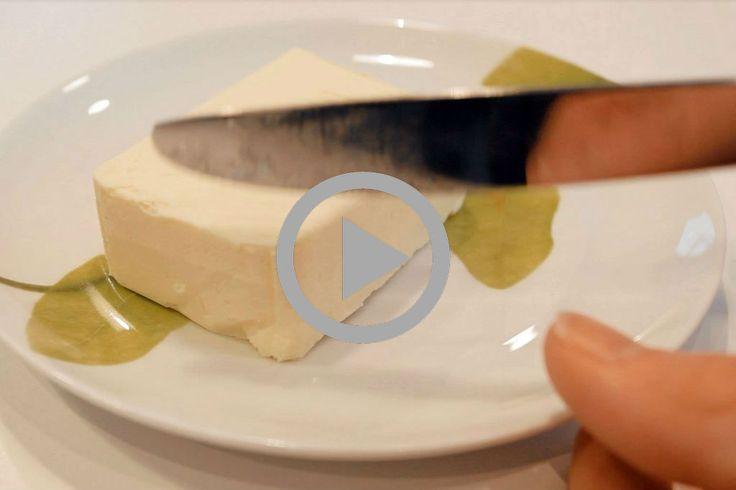 Dať maslo do mikrovlnky sa často ukáže byť príliš brutálny zákrok. Navyše mikrovlnka nie je vždy poruke. Vyskúšajte tento primitívny, ale účinný trik.