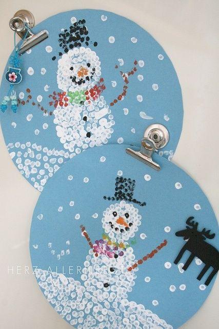 Bonhomme d'hiver fait avec de la peinture et des cures oreilles