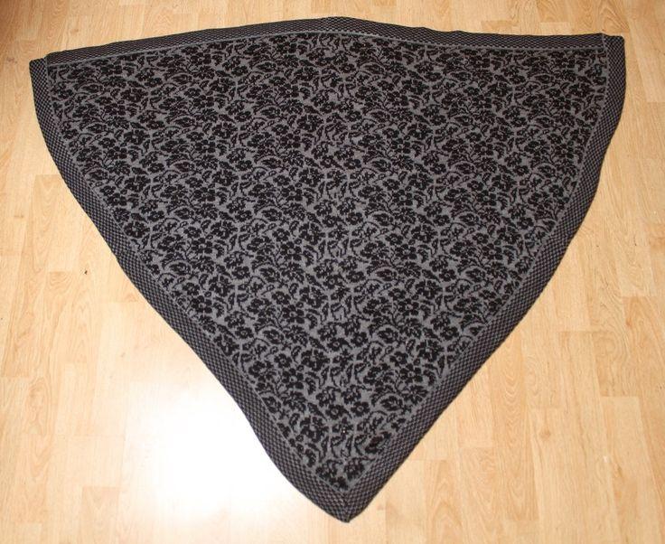 Kæmpe sjal Fremstillet i ren uld Mål: bredde: 135 cm         længde: 110 cm  Pris ex forsendelse: 800 kr