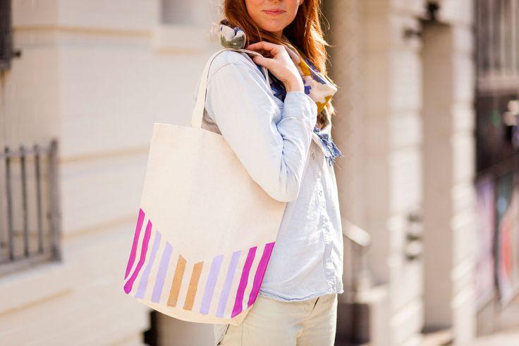 Las bolsas de tela son realmente útiles para llevar como bolso de día, bolsa de playa o incluso como funda de ordenador, siendo imprescindible llevar siempre una encima por si tienes que pasarte por el supermercado de vuelta del trabajo. Por eso, hoy os traemos un tutorial DIY sobre cómo hacer bolsas de tela decoradas …