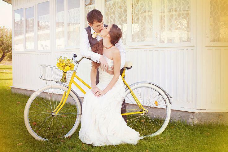 Для летнего бракосочетания велосвадьба является идеальным вариантом. И это будет очень оригинальная, яркая, креативная и интересная свадьба. Совсем не обязательно делать из нее поездку на велосипедах на очень дальние расстояния. Понятно, что это в столь важный день никому и не нужно, да и в покрытых дорожной пылью мокрых новобрачных и гостях тоже мало веселого. Групповая поездка на велосипедах во главе с молодоженами может быть совсем коротенькой, ради веселых фотографий и видео.