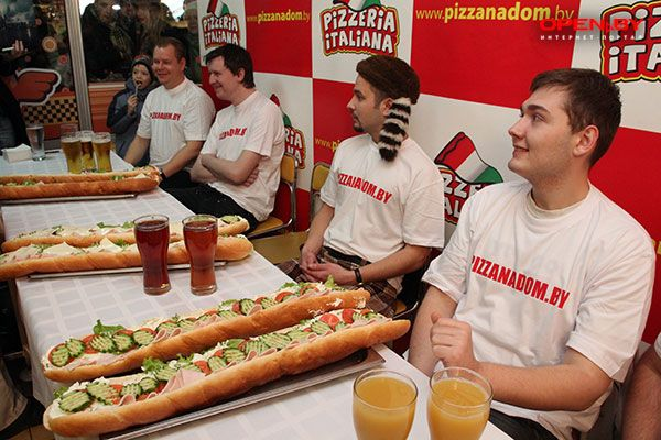 В Минске поедали гамбургеры на скорость — Новости OPEN.BY