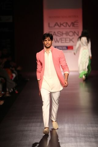 Siddhartha Malhotra in a Manish Malhotra creation at LFW 2013