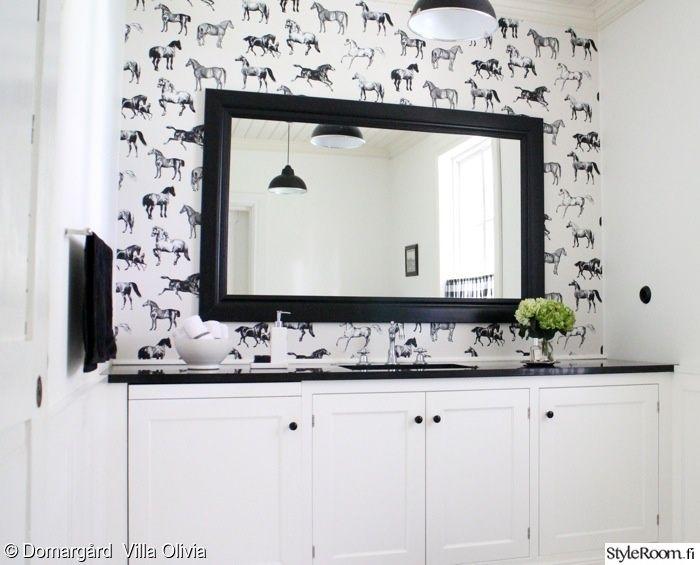 Tapetit ja hevoset sopivat myös kylpyhuoneeseen #styleroom #mustavalkoinen #wc #sisustus #inspiroivakoti Täällä asuu: DOMARGARDvillaolivia