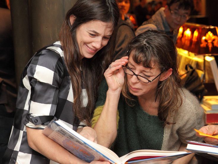 Charlotte Gainsbourg and Kate Barry discovering the book and remembering souvenirs © Yannick Destaillats