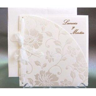 Invitatie de nunta deosebita pe culoare alba si model floral sidef in relief accesorizata cu o funda alba.
