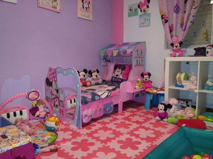 Cama casa Minnie Mouse Disney®.Apartir: 18 meses hasta 6 años.Fabricada en Mdf con estante en el lateral y espejo en piecero.Con paneles laterales de proteccion