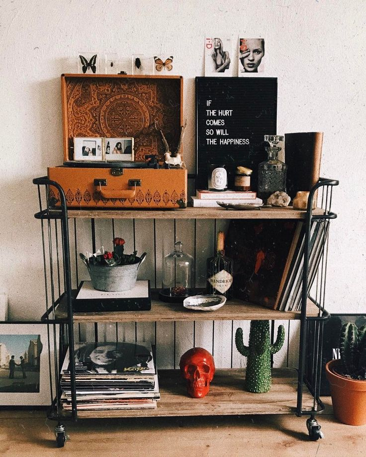 "Gefällt 25.3 Tsd. Mal, 118 Kommentare - M E L (@vanellimelli) auf Instagram: ""my life/soul on a beautiful shelf ⚡️"""