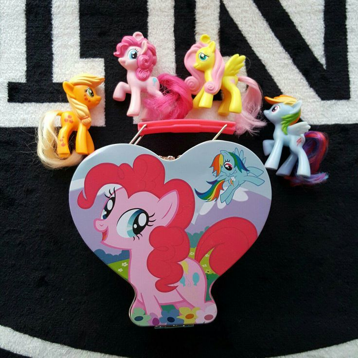 My little pony tin case and 4 mlp figures from mcdonalds! Collected and loved and ready for sale! Tin includes... Apple jack Fluttershy Pinkie pie And rainbow dash Has a few marks but may be removable. Very small and unnoticable. Great gift!