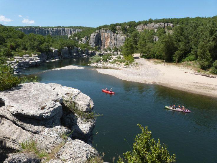 Canoë sur l'Ardèche dans le site naturel du Cirque de Gens à Chauzon. #canoe #riviere #ardeche #paysruomsois #chauzon #sport #jaimelafrance